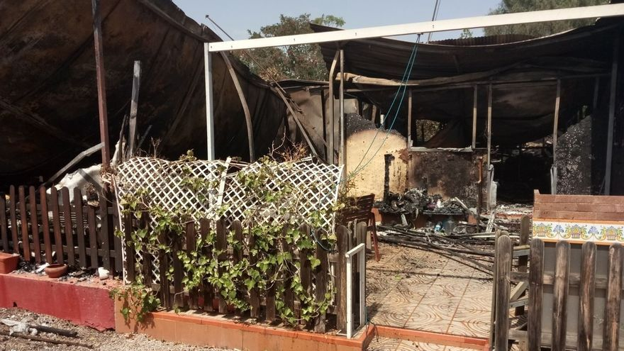 Un incendio en un camping de El Puig (Valencia), ya controlado, afecta a cuatro casetas