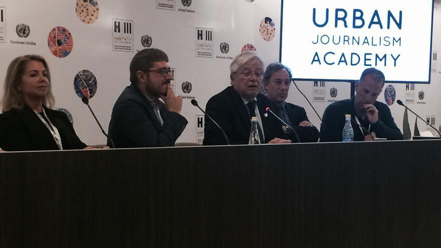 Joan Clos habla a los periodistas de la Academia de Periodismo Urbano.