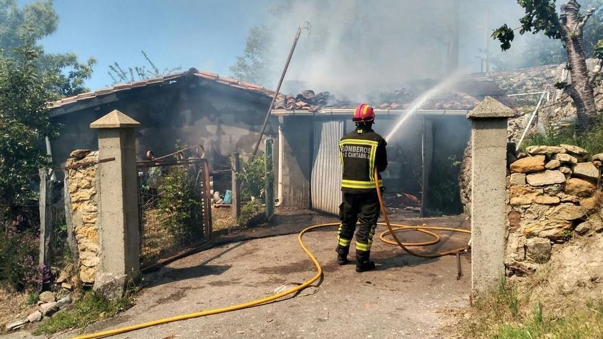 Registrado un incendio en un garaje y un cenador en Las Rozas de Valdearroyo
