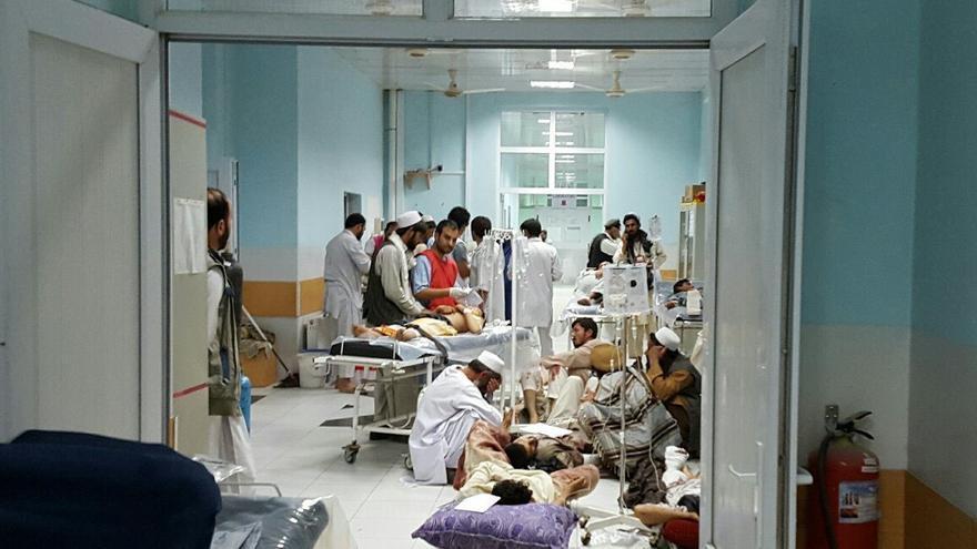 Médicos del centro de traumatología de MSF en Kunduz (Afganistan) atienden a pacientes heridos en los enfrentamientos de la ciudad. Esta imagen fue tomada dos días antes de que el hospital sufriera el ataque estadounidense que destrozaría el centro y mataría a miembros del personal y pacientes.   Foto: MSF