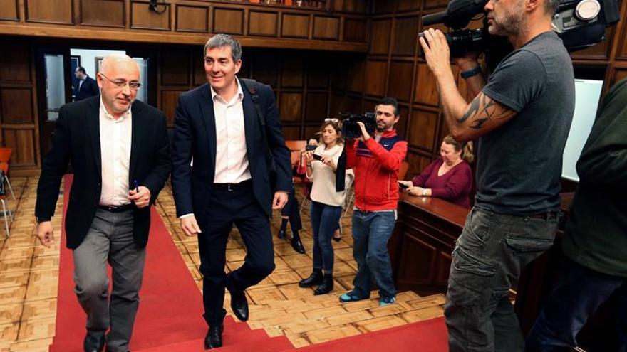 El presidente del Cabildo de Gran Canaria, Antonio Morales (i), y los alcaldes de la isla durante la reunión de hoy con el presidente del Gobierno de Canarias, Fernando Clavijo (d), para conocer su propuesta sobre el IGTE.
