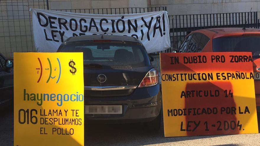 Carteles colocados en los Juzgados de Violencia sobre la Mujer de Madrid