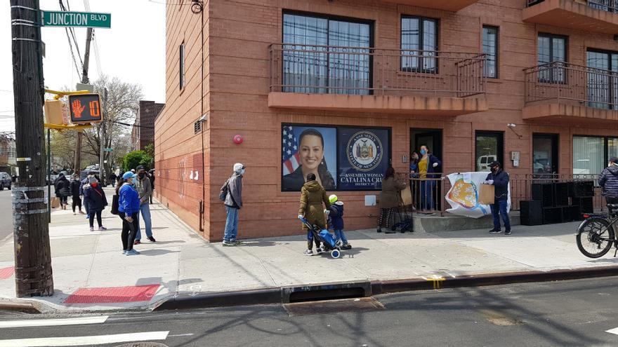 Una cola de personas ante la oficina de una congresista local que reparte comida en Nueva York en colaboración con la ONG del cocinero español José Andrés.