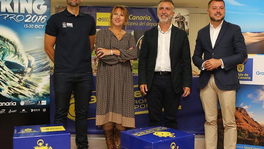 El organizador del evento, la consejera de Turismo del Cabildo de Gran Canaria, el consejero de Deportes del Cabildo de Gran Canaria y el alcalde de Gáldar. (Alejandro Ramos).