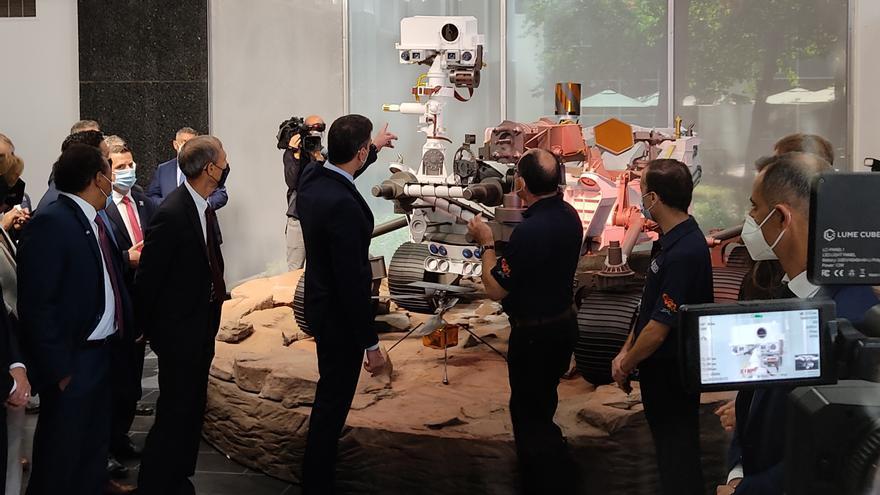 El presidente del Gobierno, Pedro Sánchez, visita el Jet Propulsion Laboratory de la NASA en Los Ángeles, frente a una réplica del Rover de la mision Perseverance de Marte