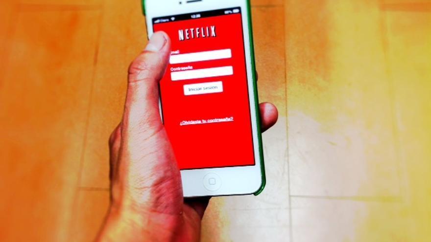 Un tipo accede a Netflix a través de su 'smartphone' (Foto: clasesdeperiodismo | Flickr)