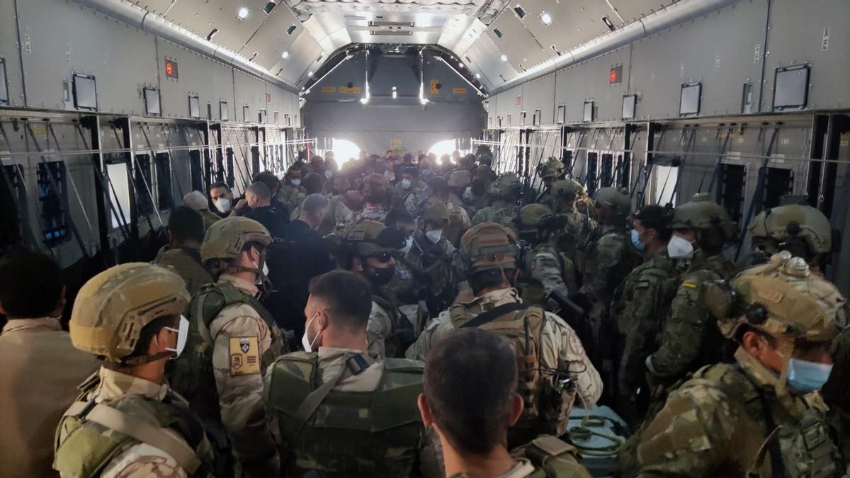 Vista del interior de uno de los aviones de las Fuerzas Armadas españolas que ha transportado a los militares y personal de la Embajada que permanecía en Afganistán. EFE/Ministerio de Defensa