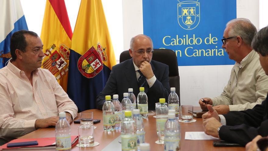 El presidente del Cabildo de Gran Canaria, Antonio Morales, se reúne con responsables de empresas que desalan agua con renovables en la isla.