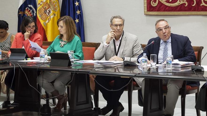 El consejero de Sanidad, José Manuel Baltar, y la consejera de Política Territorial, Nieves Lady Barreto, comparecieron en la comisión parlamentaria sobre las microalgas. EFE/Ramón de la Rocha
