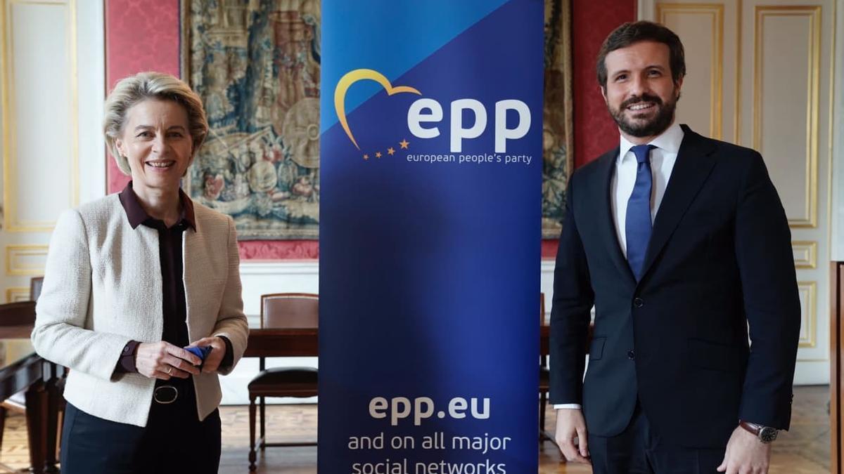 La presidenta de la Comisión Europea, Ursula von der Leyen, y el presidente del PP, Pablo Casado, en la reunión del PP europeo previa a la cumbre del 24 de junio de 2021.