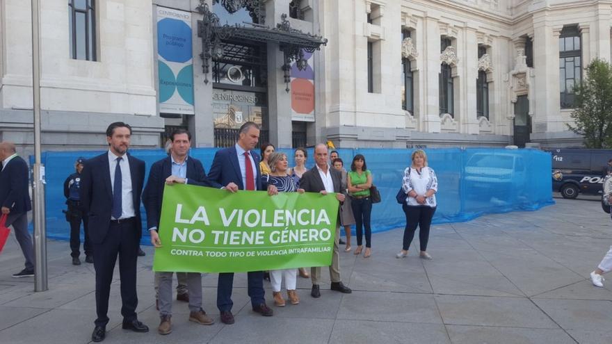 Vox boicotea en Madrid el minuto de silencio contra el último crimen machista con una pancarta con el lema 'La violencia no tiene género'.