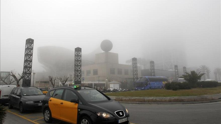 La niebla obliga a cerrar el puerto de Barcelona y provoca retrasos en el aeropuerto