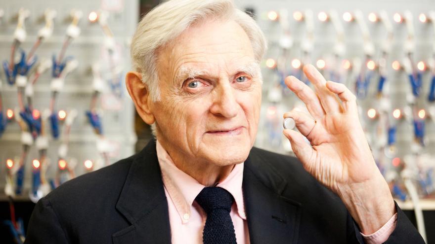 John Goodenough, inventor de la batería de ion-litio.