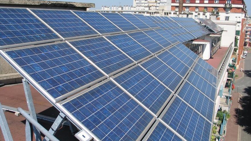 Instalación fotovoltaica sobre el tejado de un bloque de edificios.