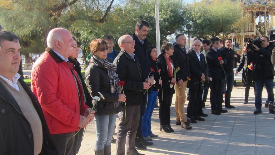 Gobierno municipal de Bildu, PNV y PSE-EE homenajean a las víctimas con motivo del Día de Memoria en San Sebastián