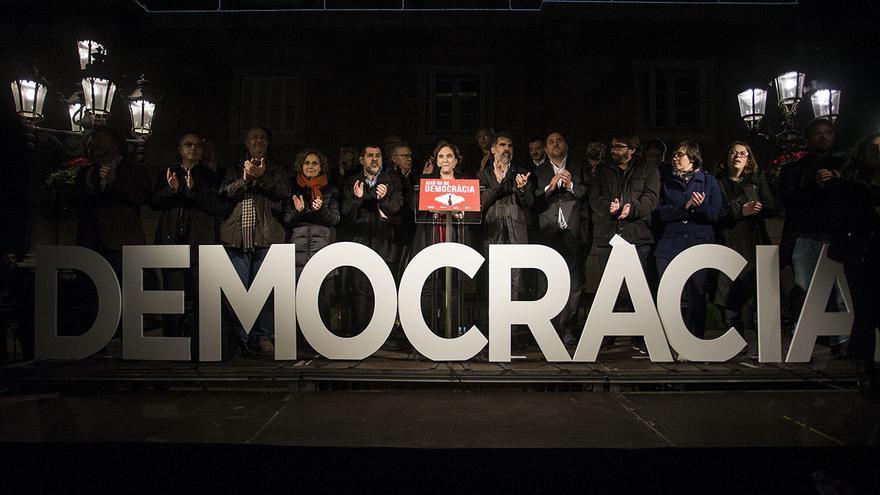Unidad soberanista en el acto para dar apoyo a Forcadell en plaza Sant Jaume de Barcelona
