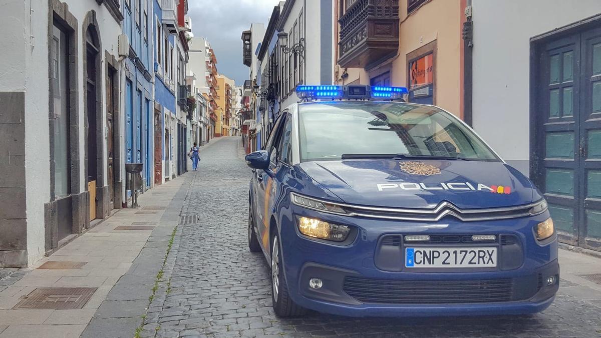 Coche de la Policía Nacional en la calle Pérez de Brito de Santa Cruz de La Palma. FERNANDO RODRÍGUEZ