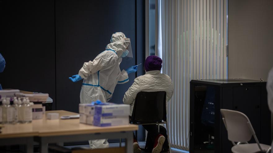 Una persona recibe una prueba PCR.