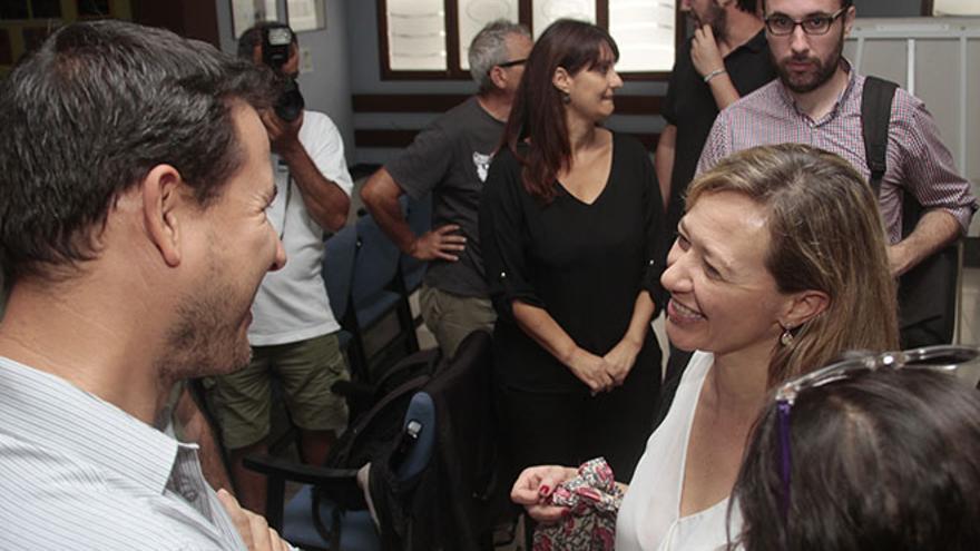 Carlos Meca, secretario general de Podemos en Lanzarote, y Victoria Rosell, candidata al Congreso en Las Palmas