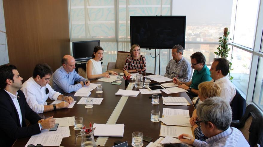 La consellera de Vertebración, María José Salvador (centro), en el consejo de administración de la Autoridad de Transporte Metropolitano de València