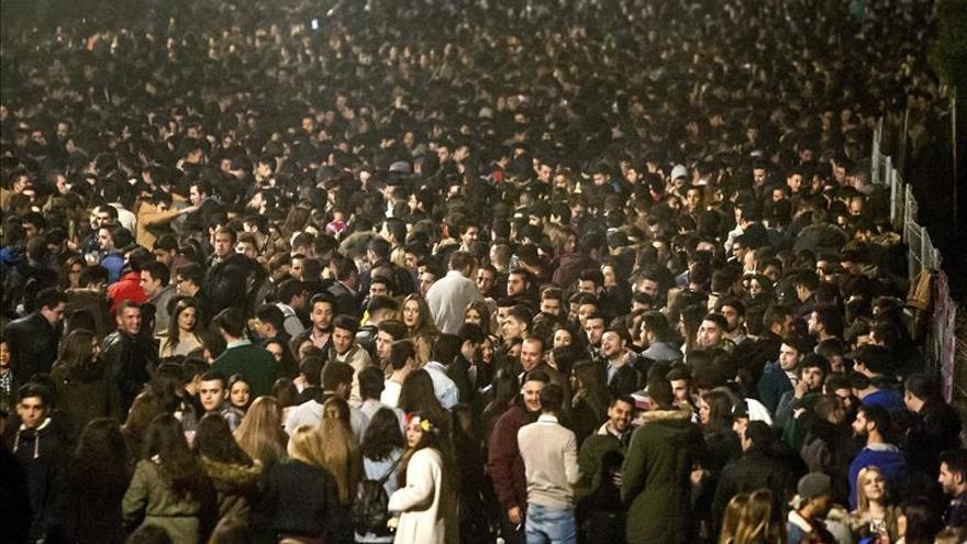 Los jóvenes celebran la llegada de la Navidad en el paseo Fluvial de Badajoz
