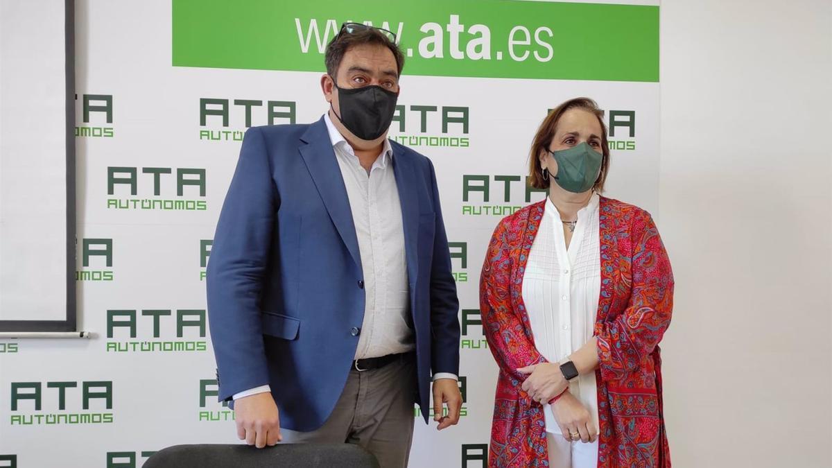 Rafael Amor y Blanca Torrent en la sede de ATA en Córdoba.