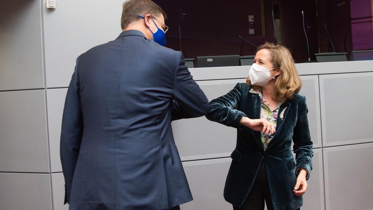 El vicepresidente económico de la Comisión Europea, Valdis Domvrobskis, y la vicepresidenta económica española, Nadia Calviño.