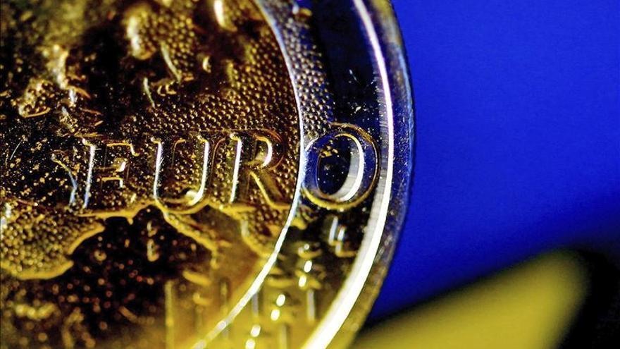 El euro baja a 1,3751 dólares en Fráncfort