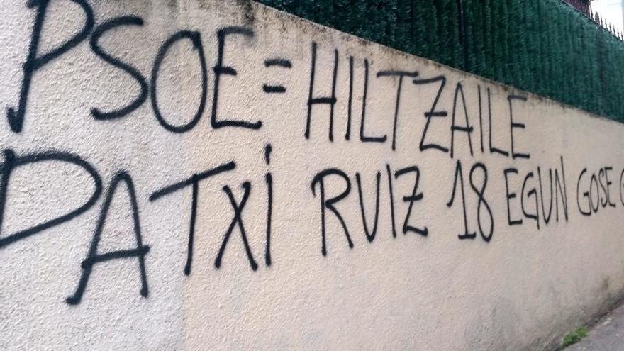 """Aparecen nuevas pintadas en las calles de Euskadi en las que llaman """"asesino"""" al PSOE y en favor del preso Patxi Ruiz"""