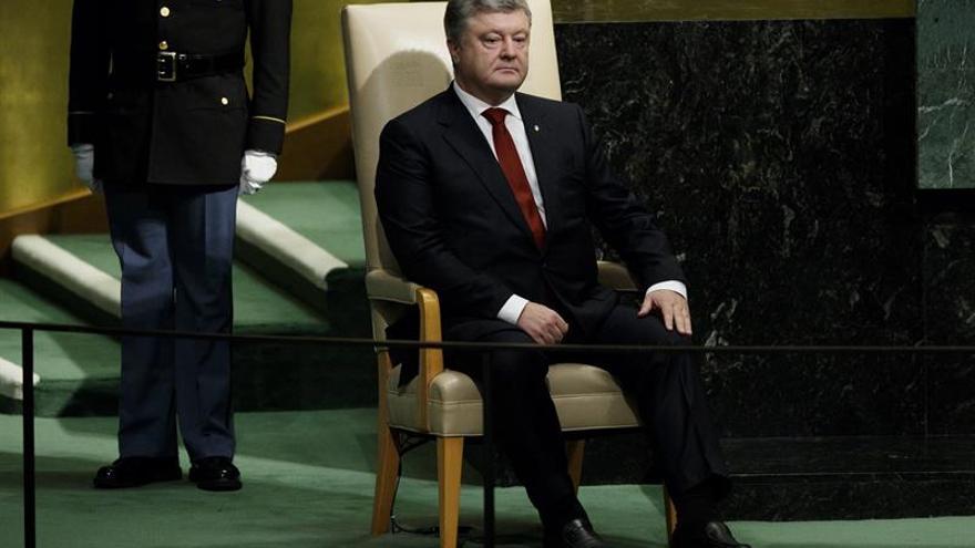 """Poroshenko dice a Trump que está """"satisfecho"""" con la ayuda militar de EE.UU."""