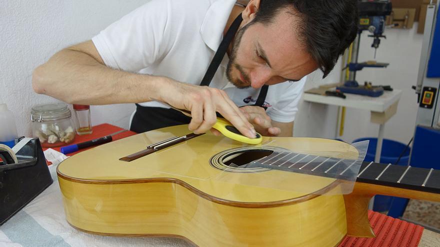 El lutier Paco Chorobo ultimando una guitarra en su taller