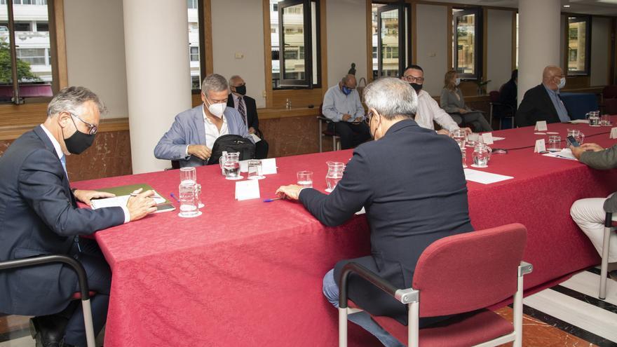 Empresarios, sindicatos y cabildos respaldan el decreto ley que permitirá el control antiCOVID de los turistas que lleguen a Canarias