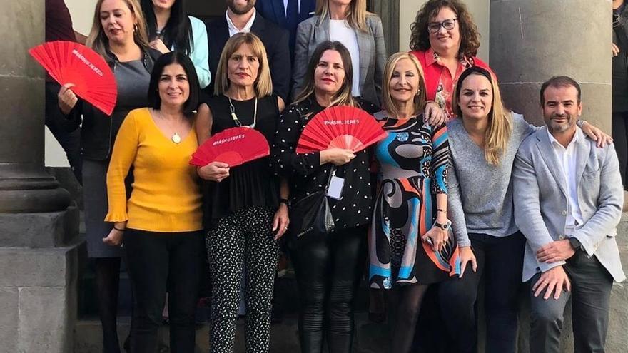 Marta de Santa Ana junto a miembros del Parlamento el día en el que se consiguió que la nueva ley de RTVC incluyera las demandas de CIMA.
