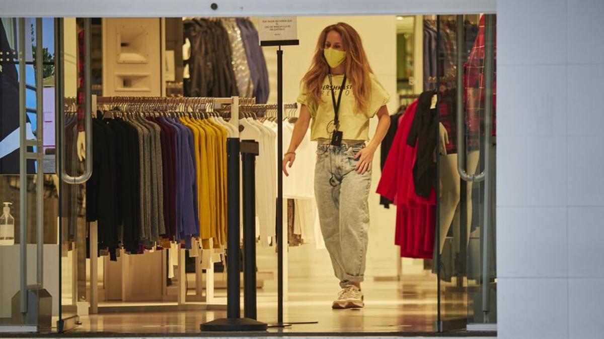 Trabajadora en una tienda de ropa