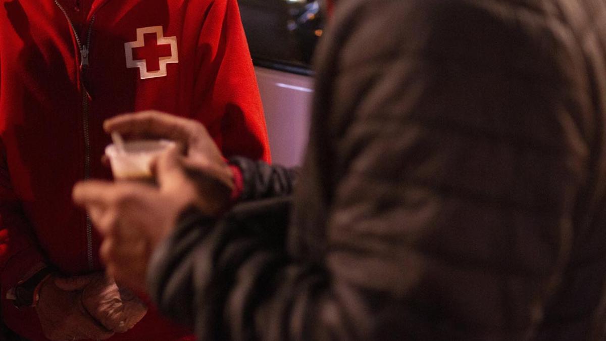 Una unidad de Cruz Roja atendiendo a una persona.