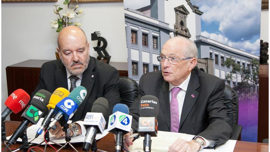 El presidente del equipo tinerfeño y el rector de la ULL, en rueda de prensa.