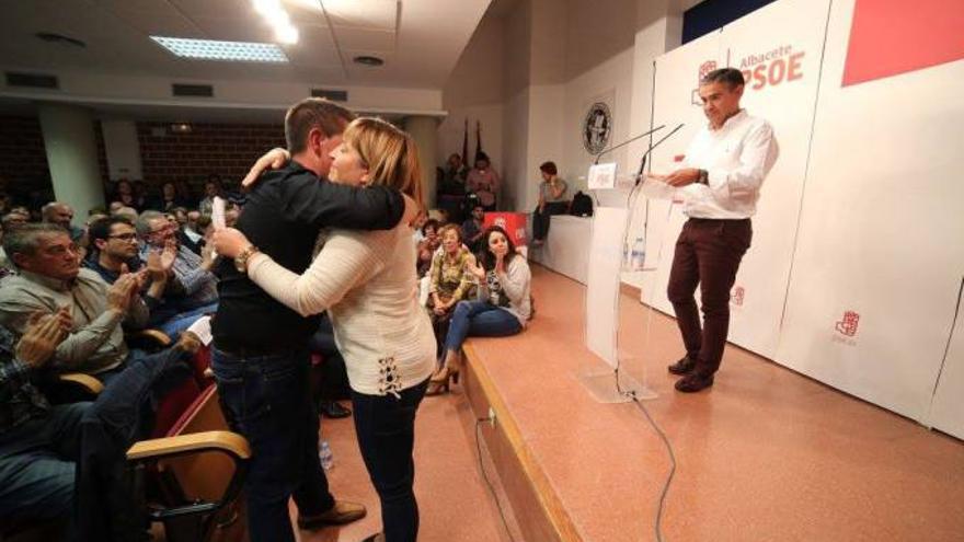 Cabañero se funde en un abrazo con Amparo Torres el día de la presentación de su proyecto ante la militancia en Albacete.