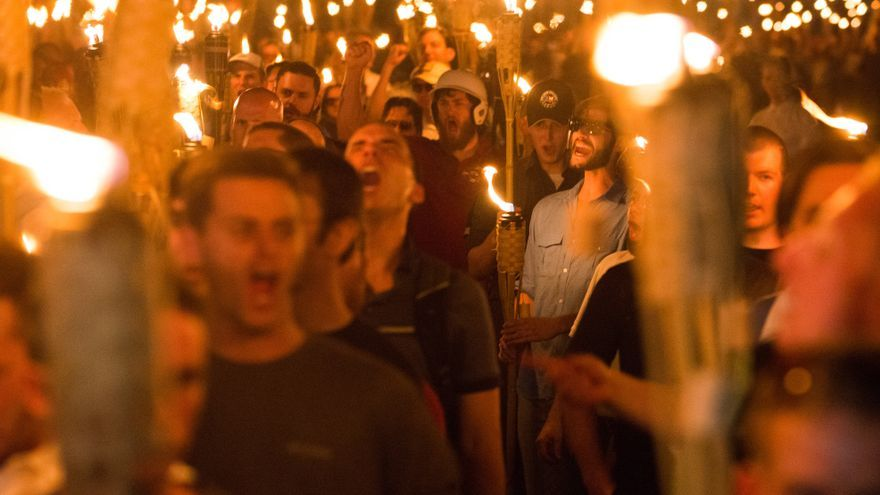 Neonazis, simpatizantes de Alt-Right y supremacistas blancos participan en una marcha en la noche antes de la manifestación 'Unite the Right' en Charlottesville, Virginia.