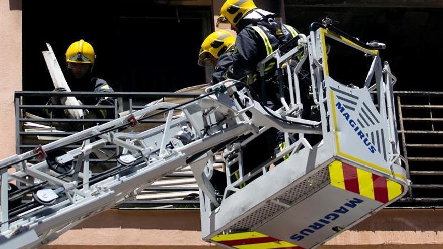 Un fallecido y dos bomberos afectados en un incendio en Málaga