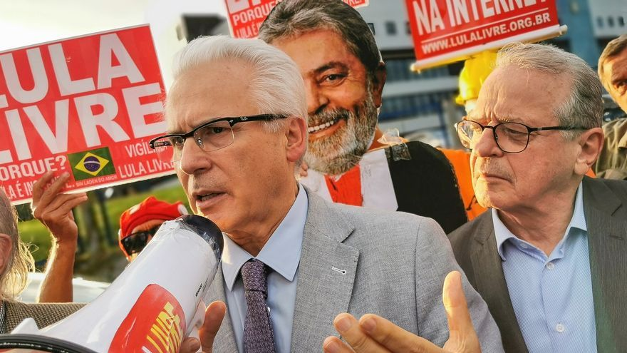 Baltasar Garzón –en la imagen junto al exministro Tarso Genro– visitó la semana pasada a Lula da Silva en Curitiba.