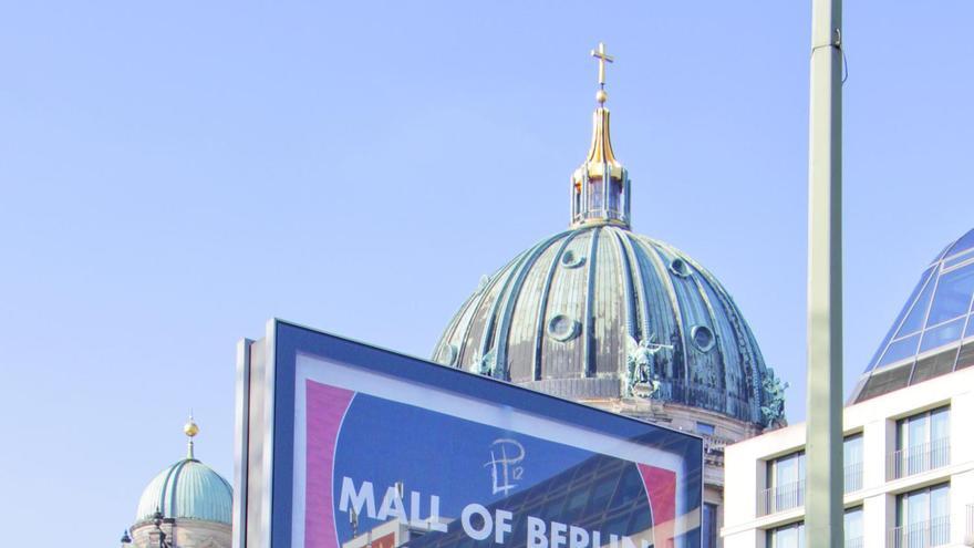 Las vallas publicitarias, cada vez más grandes, bloquean la vision de muchos monumentos de Berlín.