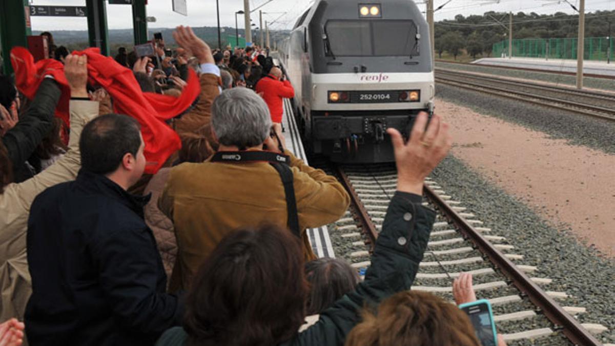 Un Alvia entrando en la estación de Los Pedroches.