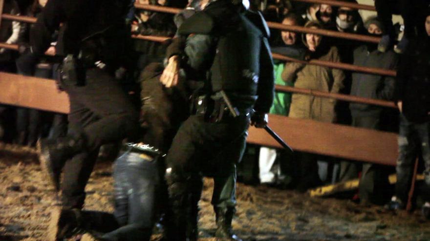 Un activista es arrastrado por agentes policiales por protestar en Medinaceli contra el cruel festejo del 'Toro Jubilo'. Foto: ©Jaime Alekos