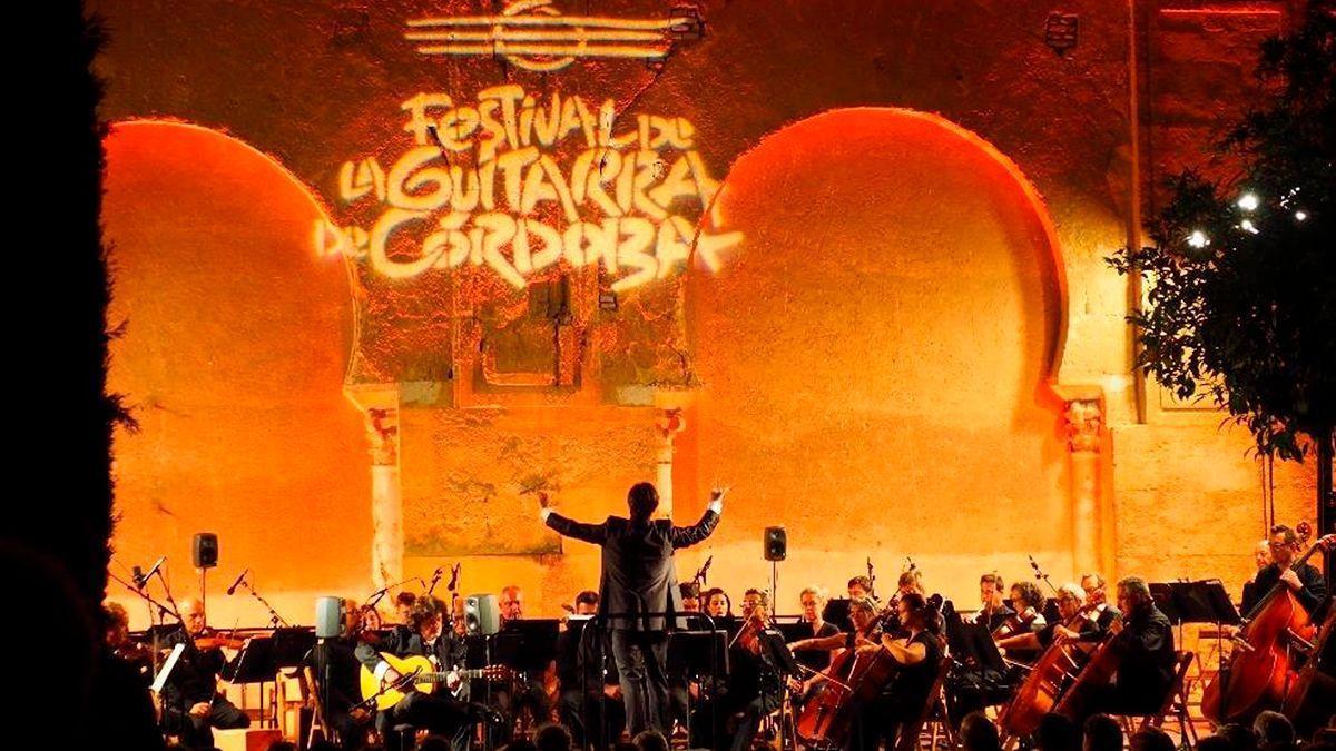 Concierto de la Orquesta en el Patio de los Naranjos en otra edición del Festival de la Guitarra.