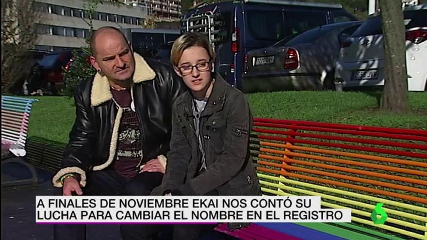Ekai junto a su padre durante un programa de La Sexta