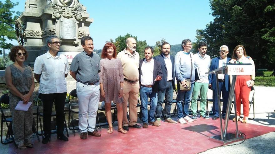 Representantes de las fuerzas políticas y el presidente de A Mesa, en la firma de la declaración / Merixo