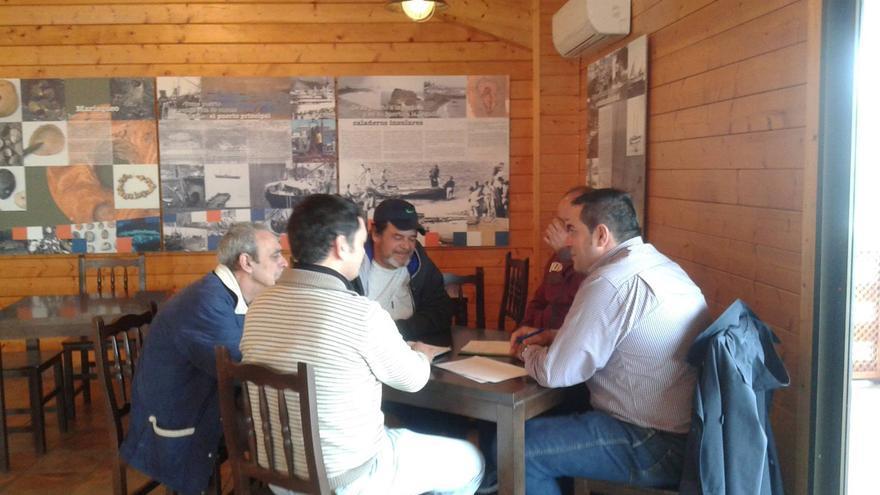En la imagen, Basilio Pérez (d) con los responsables de las cofradías.