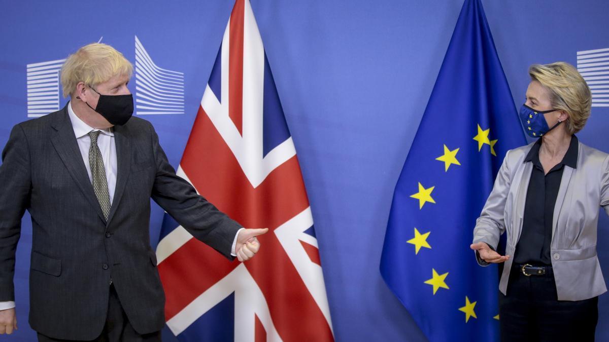 Imagen de archivo del primer ministro británico, Boris Johnson y la presidenta de la Comisión Europea, Ursula von der Leyen, durante un encuentro en Bruselas, el pasado 13 de diciembre.