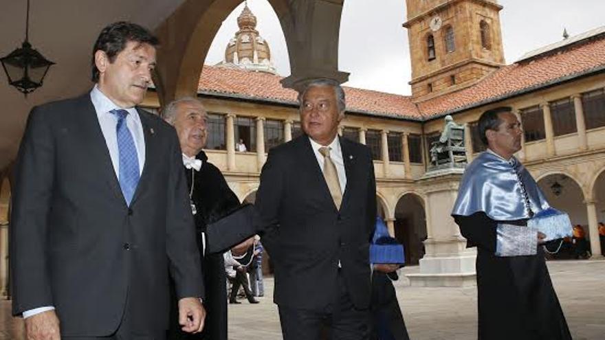 (De izda a dcha), el presidente del Principado Javier Fernández, el rector Vicente Gotor y el presidente del Consejo Social Ladislao Azcona