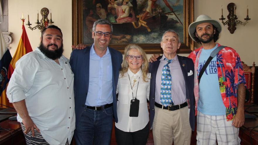El alcalde de la capital, Sergio Matos (segundo por la izquierda), con Lloyd Kaufman (segundo por la derecha), con el director del Festivalito, José Víctor Fuentes (d) y otros participantes en el certamen.